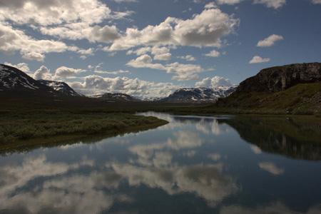 山脉湖面倒影