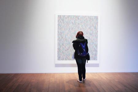 展厅里的油画与人物