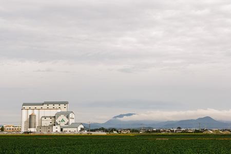 天空下的山峰工厂与农田