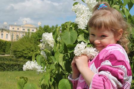 拿鲜花拍照的女孩