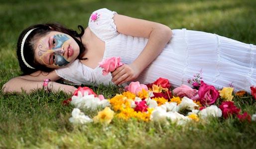 躺在草地上的花脸美女