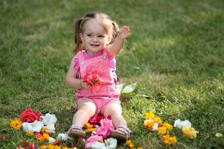 草地上的女孩和鲜花