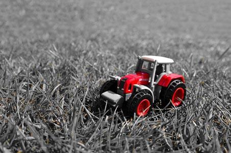 草地上的汽车背景