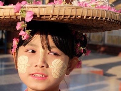 头顶鲜花的女孩