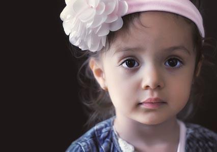 戴鲜花的女孩