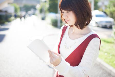 看书的美丽女人