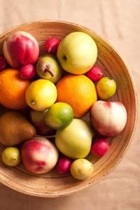 盘子里的新鲜水果