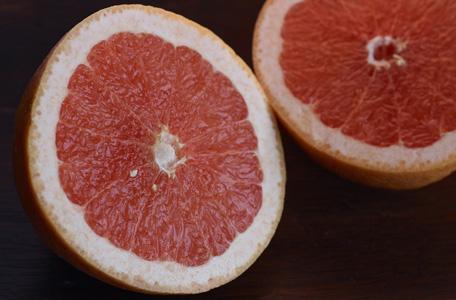 切开的红心橙子