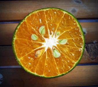 木板上的橙子片