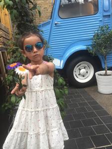 拿鲜花的女孩