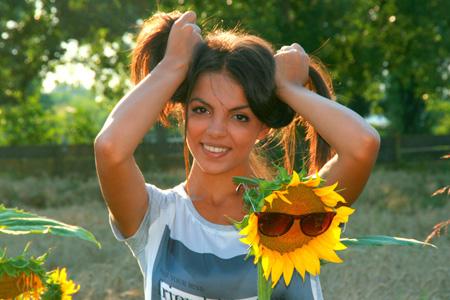 美丽女人与向日葵