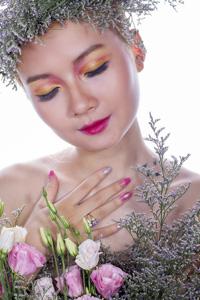 鲜花与化妆模特