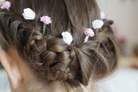 头戴鲜花的女孩