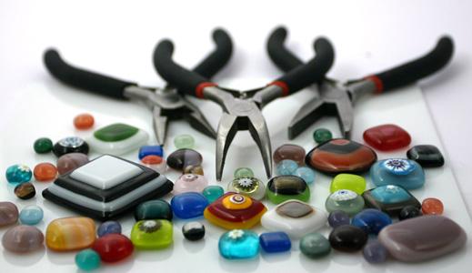 水晶珠宝与钳子