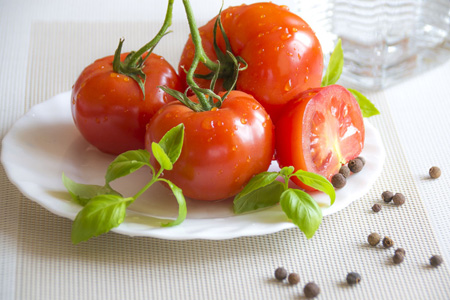 桌子上的西红柿