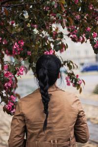鲜花下的女人