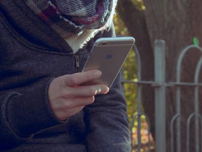 坐着玩手机的人图片素材