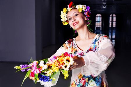 拿鲜花的女人