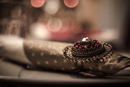 放在桌子上的珠宝