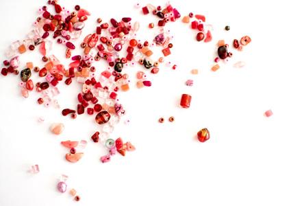 放在桌子上的水晶珠宝