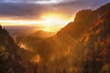 梦幻山边日出