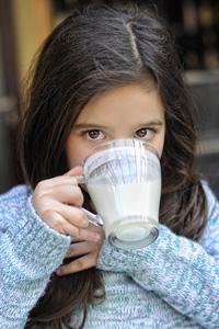 喝牛奶的女孩