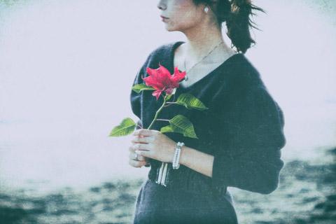 手拿一支鲜花的美女